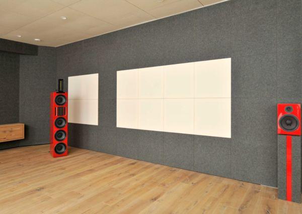 Wand eines Heimkinos, die mit Akustikplatten ausgestattet wurde.